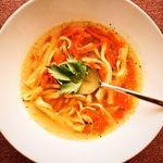 krůtí polévka s nudlemi a zeleninou