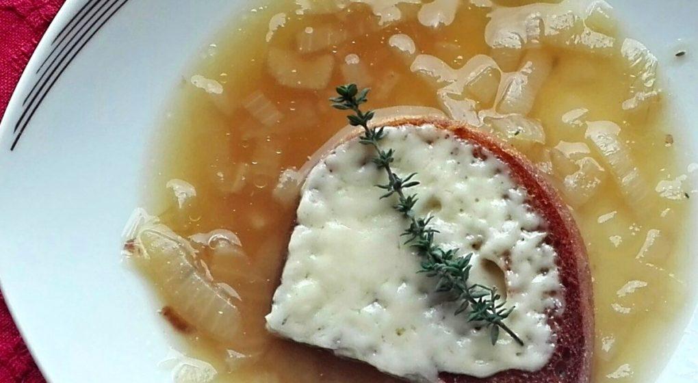 francouzská polévka cibulačka