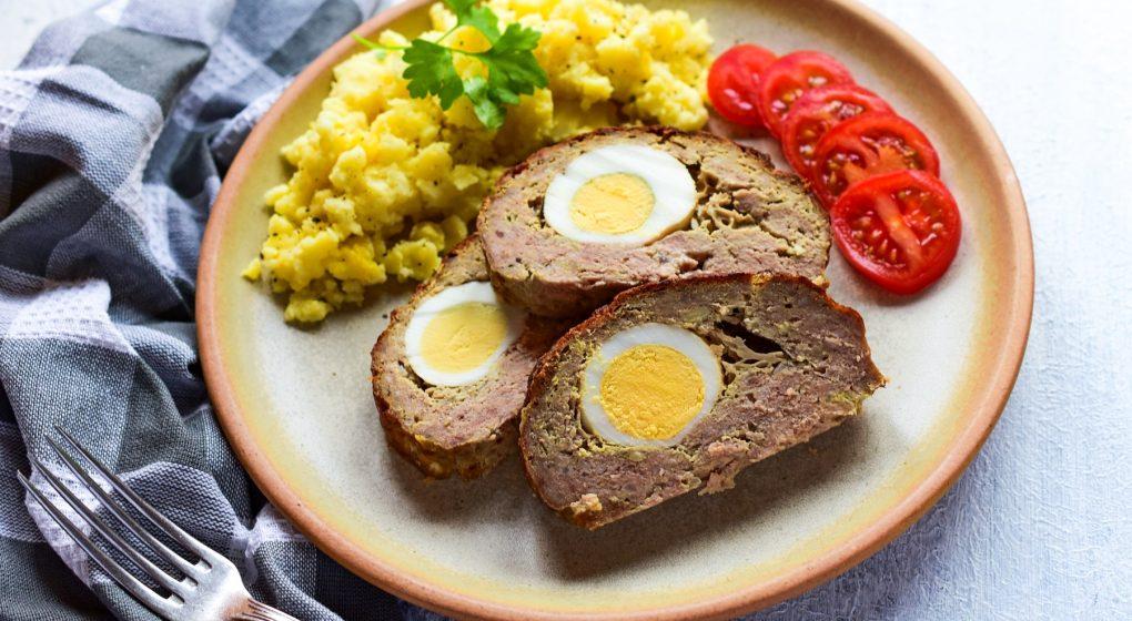 domácí sekaná s vajíčkem