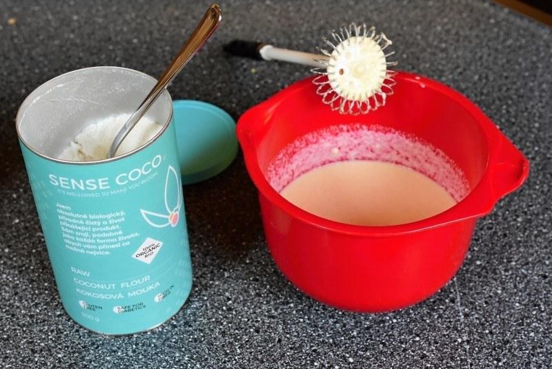 příprava palačinek z kokosové mouky