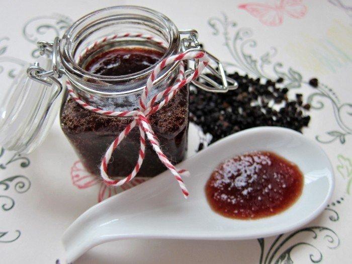 domácí marmeláda ve sklenici se sponou klipem