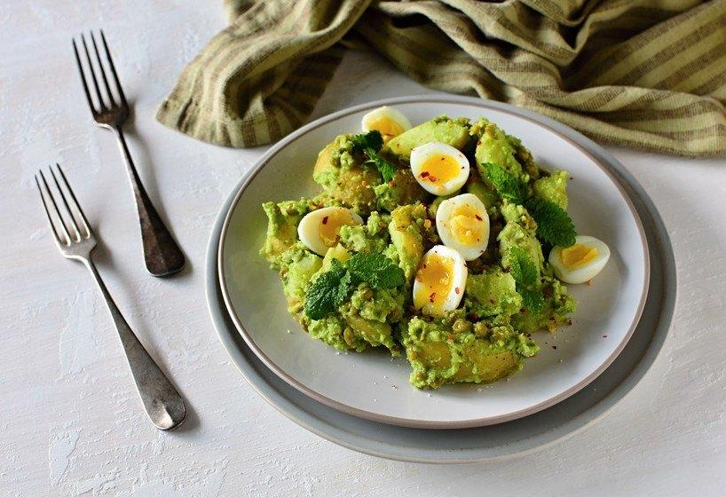 bramborový salát s pestem a křepelčími vejci