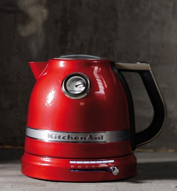 červená rychlovarná konvice v retro stylu